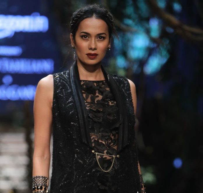 Fresh New Look of Creation by Guru Tarun Tahiliani & Shishya Amit Aggarwal at AIFW Grand Finale
